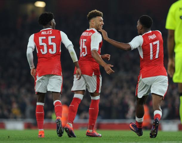 Oxlade-Chamberlain recibe las felicitaciones de sus compañeros tras uno de sus goles al Reading   Fotografía: Arsenal