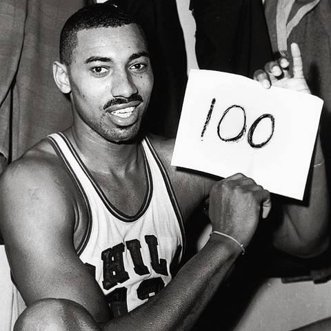Wilt Chamberlain tras su actuación de 100 puntos. Foto: NBA