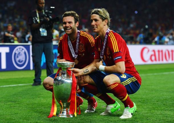 Juan Mata celebrando con Fernando Torres la obtención de la EURO 2012 | Foto: @ChampionsLeague