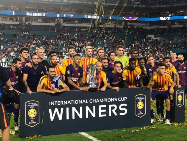 Jogadores do Barcelona com a taça da Champions Cup (Foto: Reprodução/FC Barcelona)