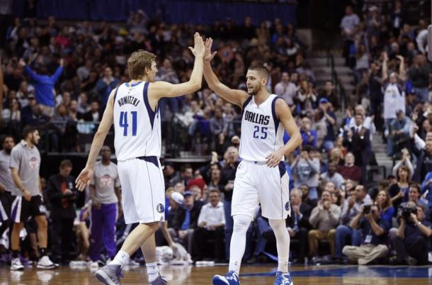 Dirk Nowitzki y Chandler Parsons chocando la mano. Fuente: hoopshabit.com