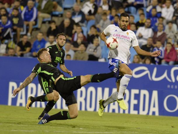 Charlie Dean trata de cortar el avance de Borja Iglesias | Foto: Granada C.F.
