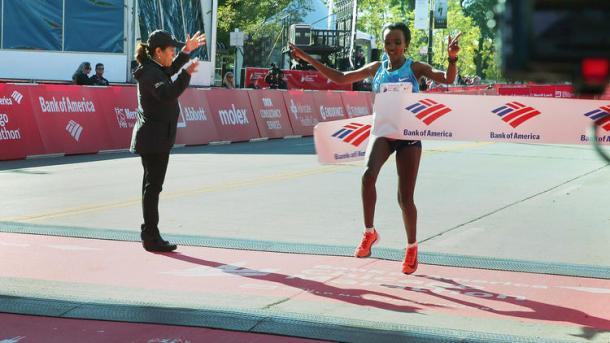 Tirunesh Dibaba en su llegada en el maratón de Chicago (Foto EFE)