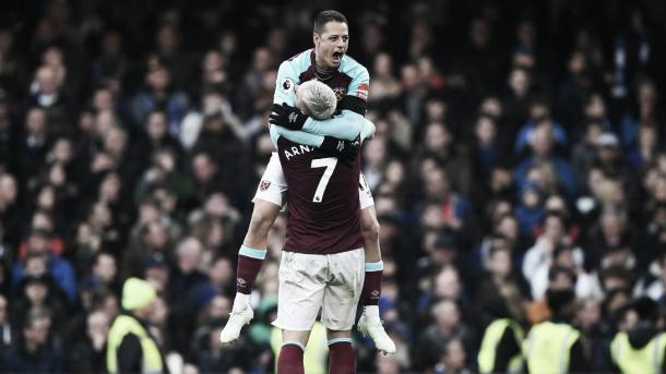 Chicharito junto a Arnautovic festejan la igualdad. Foto: Premier League.