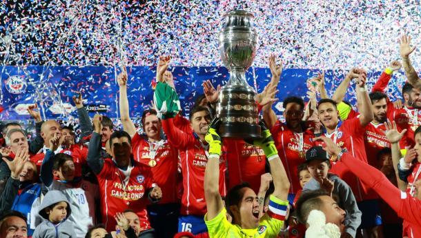 Claudio Bravo lifts Copa America trophy. Photo: EL Sportivo