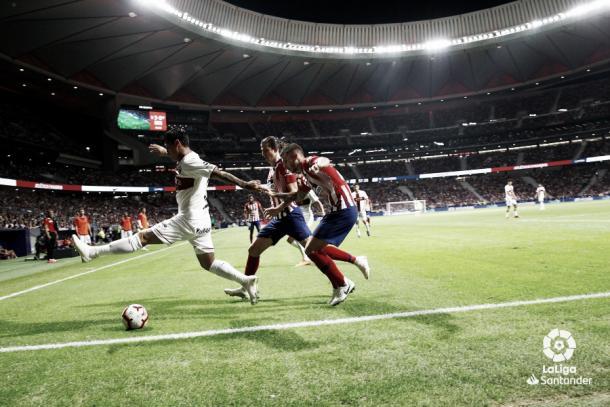 Chimy ante dos rivales atléticos | Foto: LaLiga