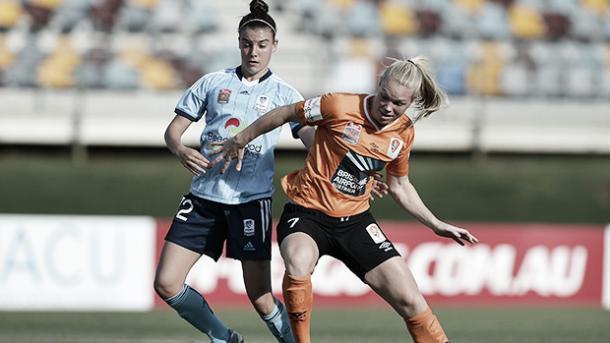 Brisbane Roar's Kim Carroll fights for the ball with Sydney FC's Chloe Logarzo. (Photo: wleague.com.au)