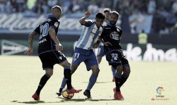 Chory Castro disputa un balón durante el partido ante el Deportivo | Foto: LaLiga
