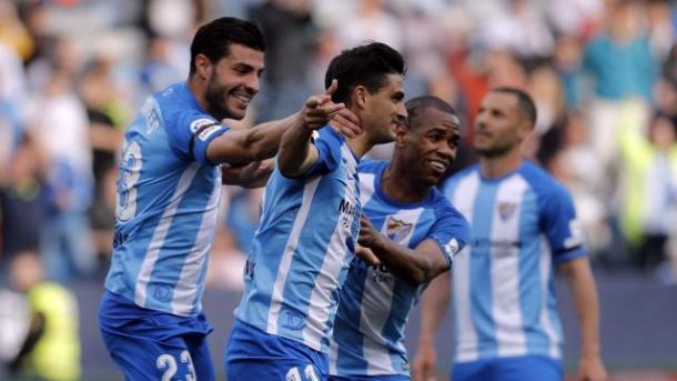 El Chory, pichichi malaguista, felicitado por sus compañeros / Málaga CF