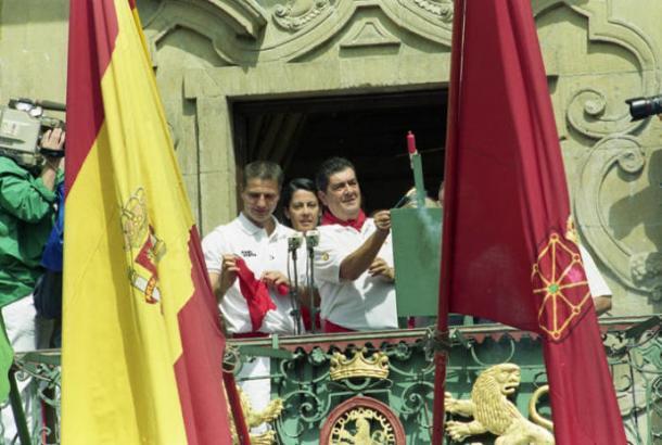El capitán Cesar Palacios fue el encargado de dar comienzo a las fiestas. A su lado, el presidente Javier Miranda y de fondo la alcaldesa Yolanda Barcina.