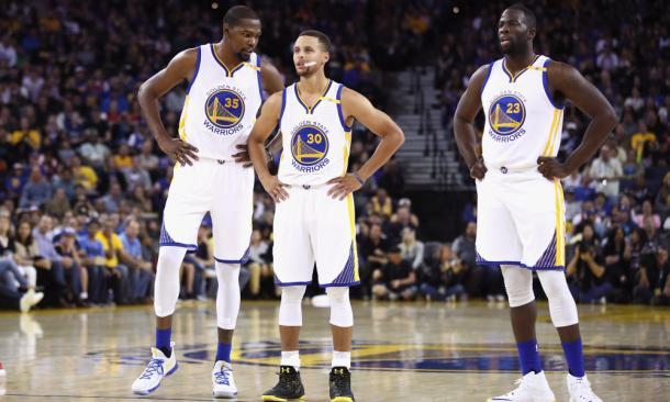 Kevin Durant a colloquio con Stephen Curry. Dove arriveranno i Warriors? - Foto USA Today