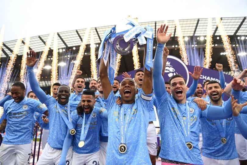 Fernandinho levantando el título de la Premier League / Foto: Manchester City