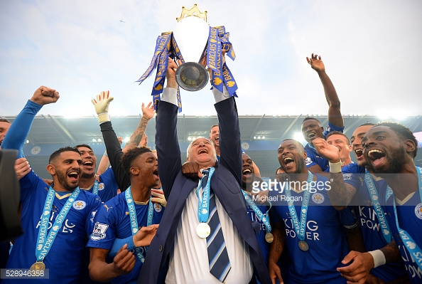 Claudio Ranieri lifts the Premier League trophy | Photo: Getty/ Michael Regan