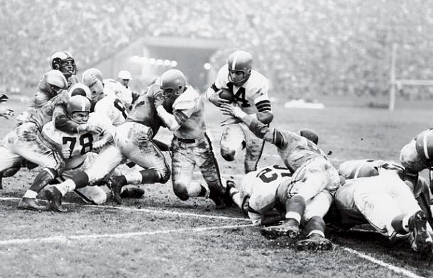 Otto raham foi o destaque da final de 1955 e o principal jogador dos Browns durante a década de 50 (Foto: AP)
