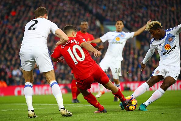 Momento da dividida que ocasionou a lesão de Coutinho | Foto: Clive Brunskill/Getty Images