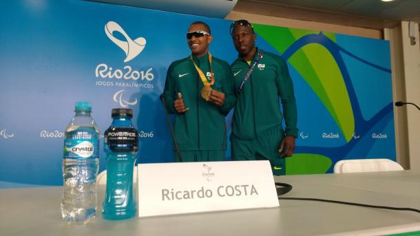 Ricardo posa com medalha e ao lado de Célio da Silva, seu guia | Foto: Pedro Henrique Guimarães/VAVEL Brasil