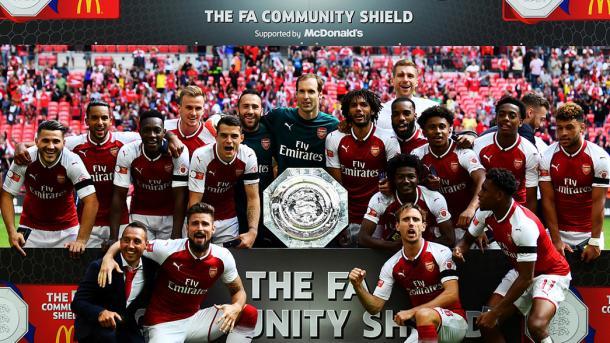 Los jugadores del Arsenal posan junto a la Community Shield | Fotografía: Arsenal