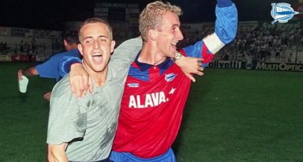 Aitor Arregui, celebrando el ascenso con Manolo Serrano. Fuente: deportivoalaves.com