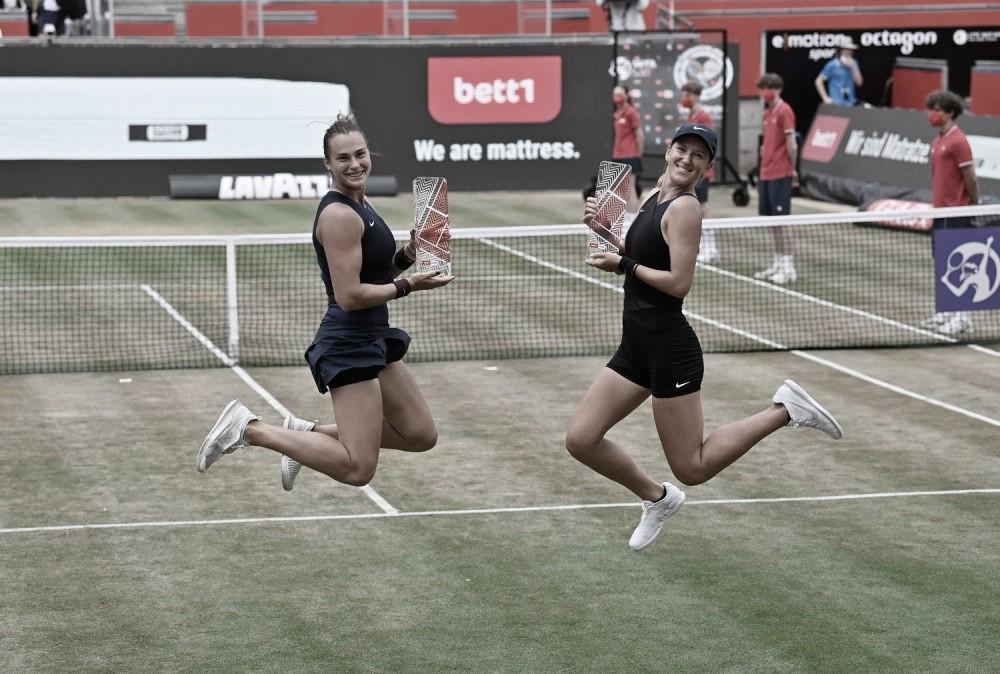 Aryna Sabalenka (izq.) y Victoria Azarenka festejando el título en dobles Foto @bett1open