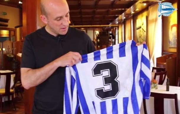 Aitor Arregui, con la camiseta albiazul del número 3, en su restaurante de Guetaria. Fuente: deportivoalaves.com