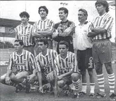 Txutxi Aranguren con algunos jugadores del payoff. Fuente: glorioso.net