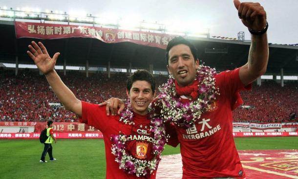 Conca e Lucas Barrios comemorando título chinês pelo Guagnzhou (Foto: Reprodução / Guangzhou)