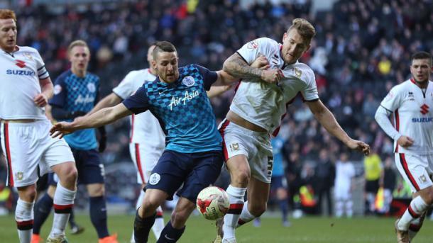 Washington pelea un balón en el encuentro ante el MK Dons. Foto: Sky Sports