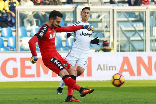 Paulo Dybala alle prese con Andrea Consigli in un Sassuolo-Juve dello scorso 29 gennaio. Foto: Canale Sassuolo