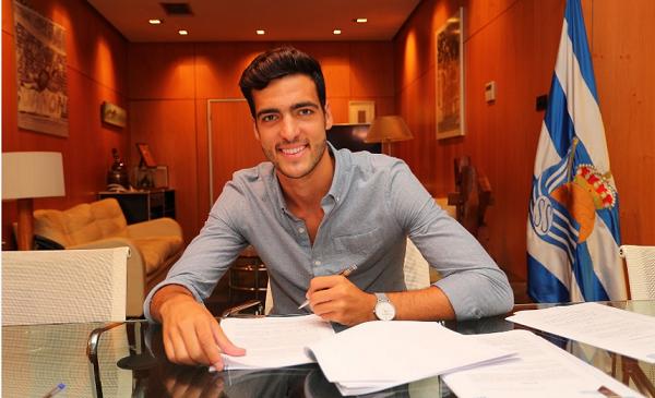 Mikel Merino firmando su contrato hasta 2023 como jugador realista.   Foto: Real Sociedad