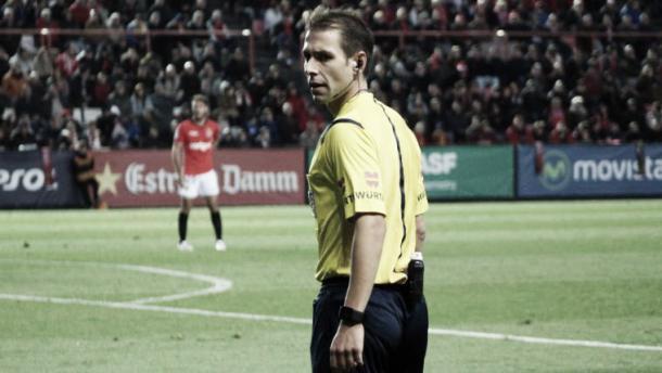 El árbitro cántabro durante un partido   LFP