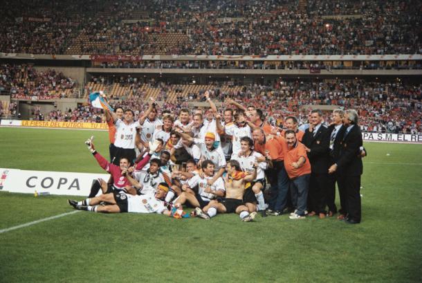 La plantilla valencianista celebra la Copa del Rey de 1999 | Foto: Valencia CF