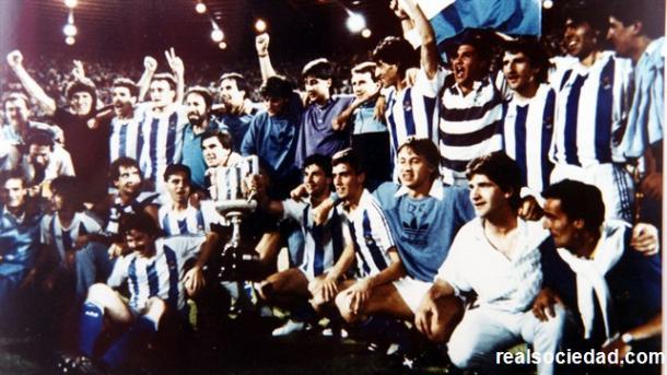 Los integrantes de la Real Sociedad festejando la Copa del Rey del 87'. Fotografía: Web Real Sociedad.