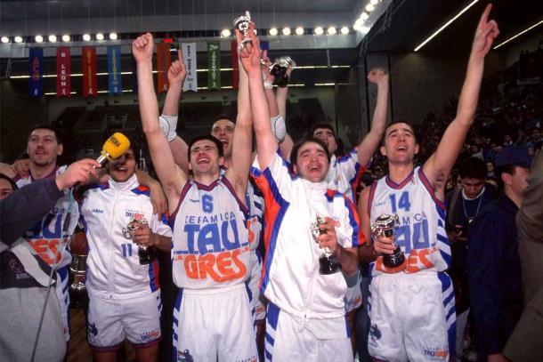 Los jugadores del Baskonia, entre los que se encuentra un joven Pablo Laso, celebran la Copa del Rey (1995) | Foto: Baskonia