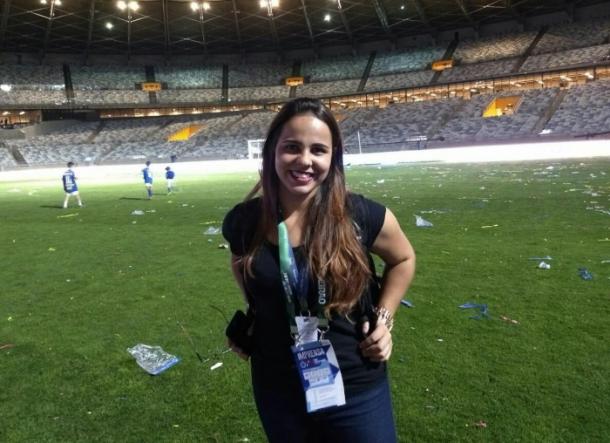 Isabelly Morais após cobrir a final da Copa do Brasil de 2017, no gramado do Mineirão (Foto: Marcelo Neves/VAVEL Brasil)