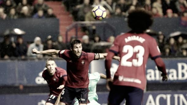 Oier despeja un balón en su partido 200. Foto: La Liga