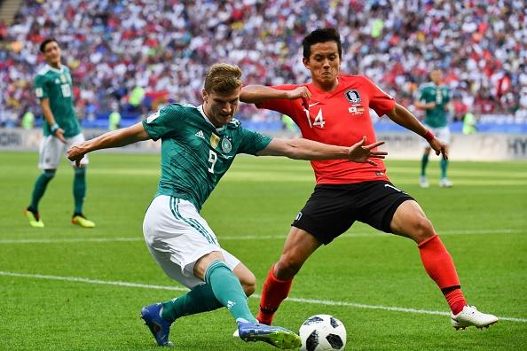 Disputa entre Timo Werner e Hong Chul durante a partida entre Coreia do Sul e Alemanha (Foto: SAEED KHAN / AFP)