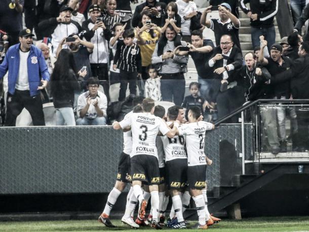 Jogadores do Corinthians comemoram junto a Jadson o gol da vitória contra o América-MG. Foto: Gilvan de Souza/Flamengo