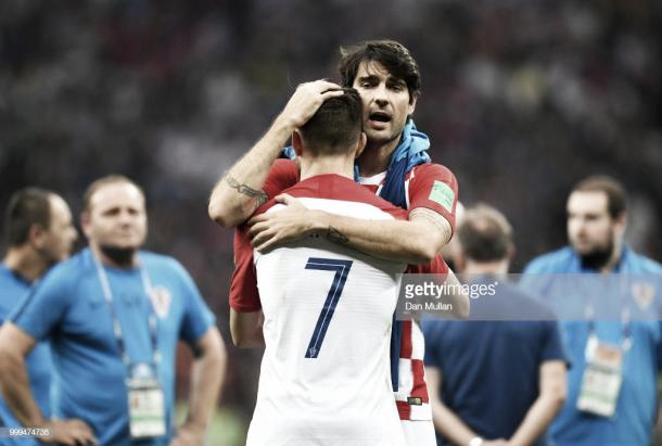 Corluka consuela a Ivan Rakitic tras perder la final / Fuente: Getty Images