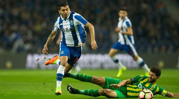 Corona se mostró activo en los primeros minutos. Foto: FC Porto.