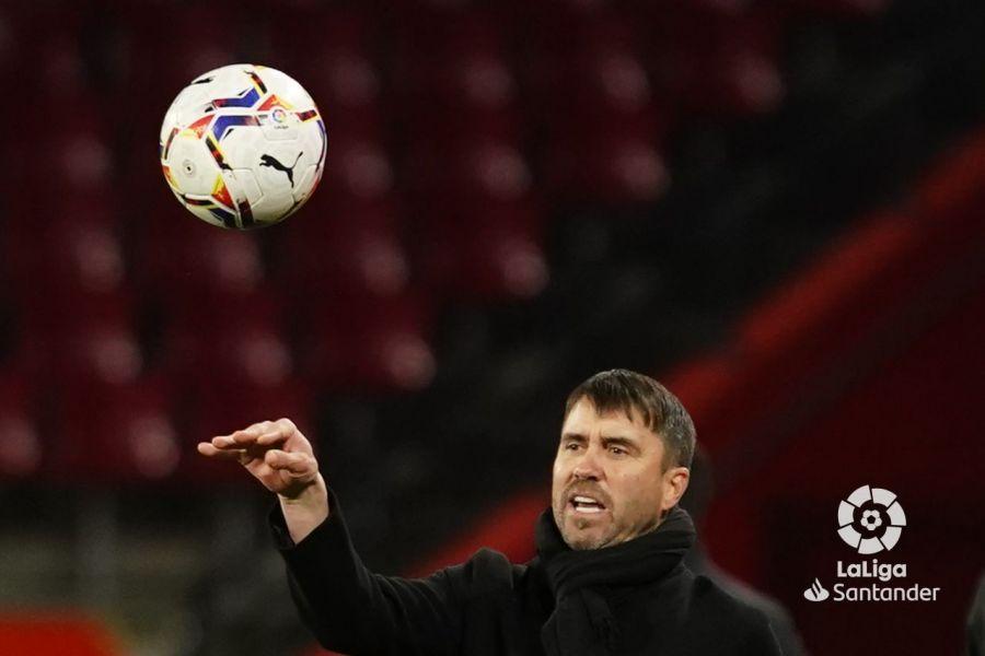 Coudet entrega el balón desde el área técnica | Imagen: LaLiga
