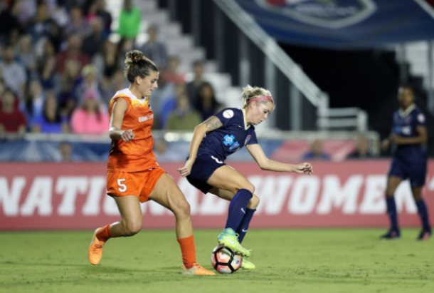 North Carolina midfielder Denise O'Sullivan turns on the ball in their home match against the Houston Dash. | @TheNCCourage