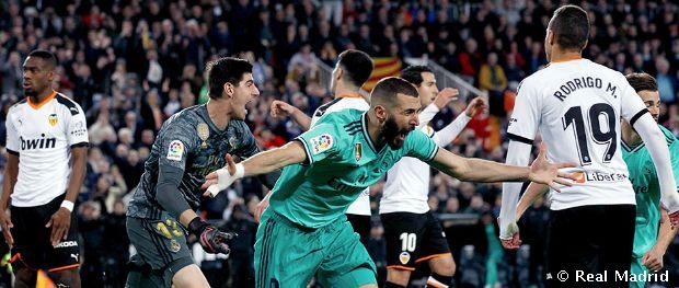 Courtois y Benzema celebran el gol del empate en Mestalla. Fuente: Real Madrid