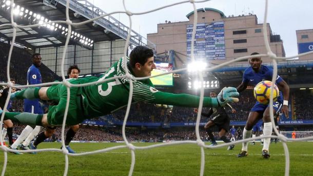 Thibaut Courtois salvando al Chelsea en la primera mitad. Foto: premierleague