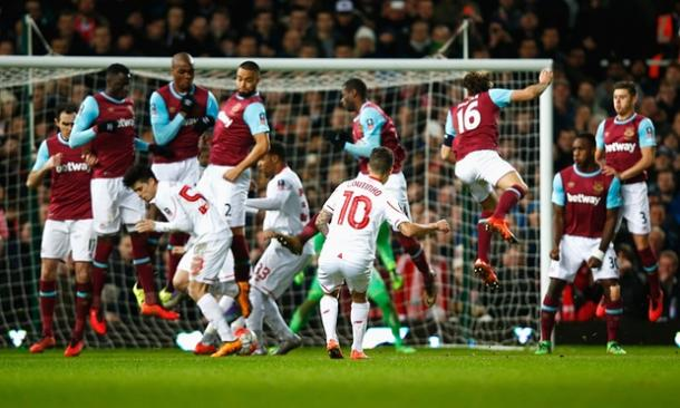 Coutinho cheekily tucks his free-kick under the wall (photo: Getty Images)