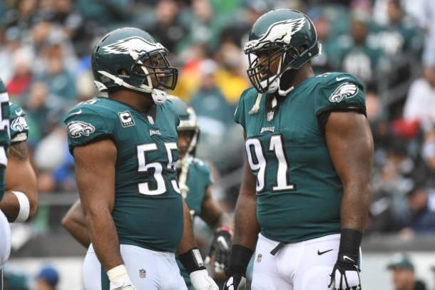 Fletcher Cox, pelo centro, e Brandon Graham, pelos flancos, prometem infernizar Tom Brady (Foto: Icon Sportswire via Getty Images)