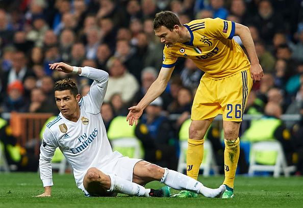 Na foto, Cristiano Ronaldo nega ajuda de Lichtsteiner em polêmico encontro na última Champions League. Hoje, o português se une a Juventus. Foto: Quality Sport Images/Getty Images