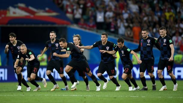 Jogadores croatas correm para comemorar com Subasic, herói da classificação nos pênaltis contra Rússia. Foto: FIFA/Getty Images