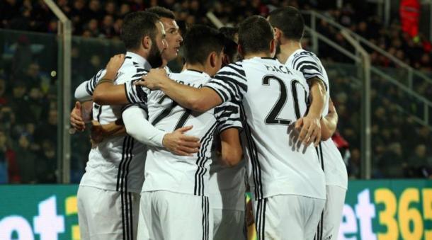 I bianconeri festeggiano il gol di Higuain contro il Crotone. | corrieredellosport.it
