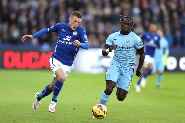 Jamie Vardy e Bacary Sagna fanno uno scatto durante il match dello scorso anno. | manchestereveningnews.co.uk