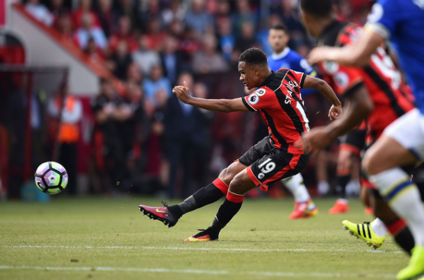 Junior Stanislas tira: sarà il gol dell'1-0 del Bournemouth. | Premier League, Twitter.